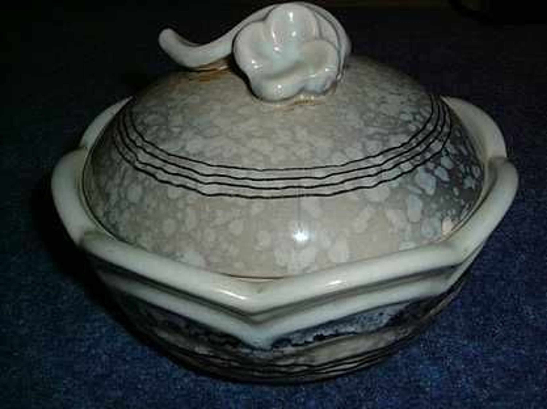 sch ne alte keramikdose mit deckel gebraucht kaufen bei. Black Bedroom Furniture Sets. Home Design Ideas