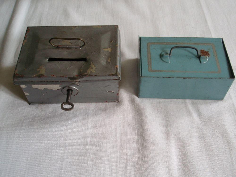 2 alte geldkasetten f r kaufladen kaufmannsladen eine mit. Black Bedroom Furniture Sets. Home Design Ideas
