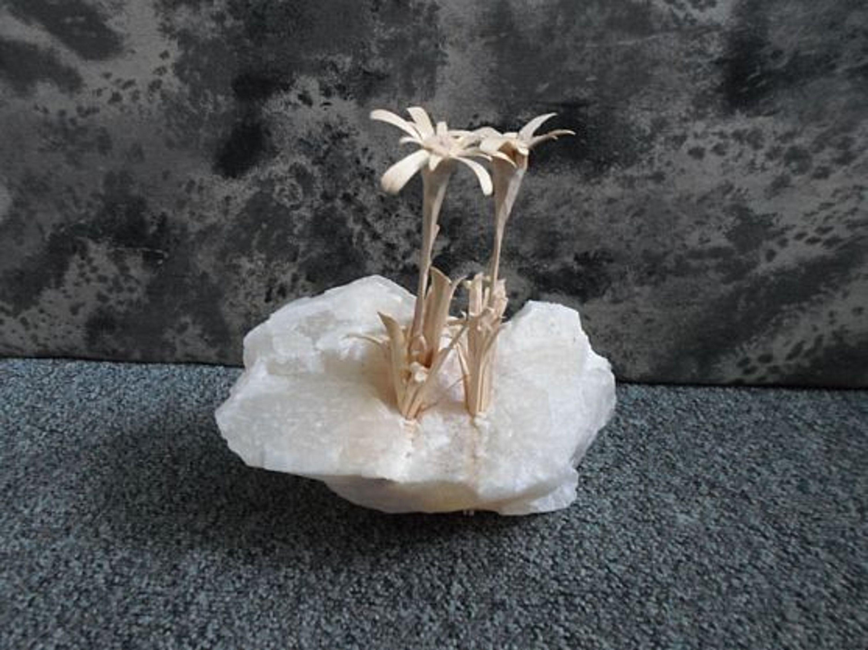 wei er gl nzender stein mit edelwei aus holz m kaufen bei. Black Bedroom Furniture Sets. Home Design Ideas