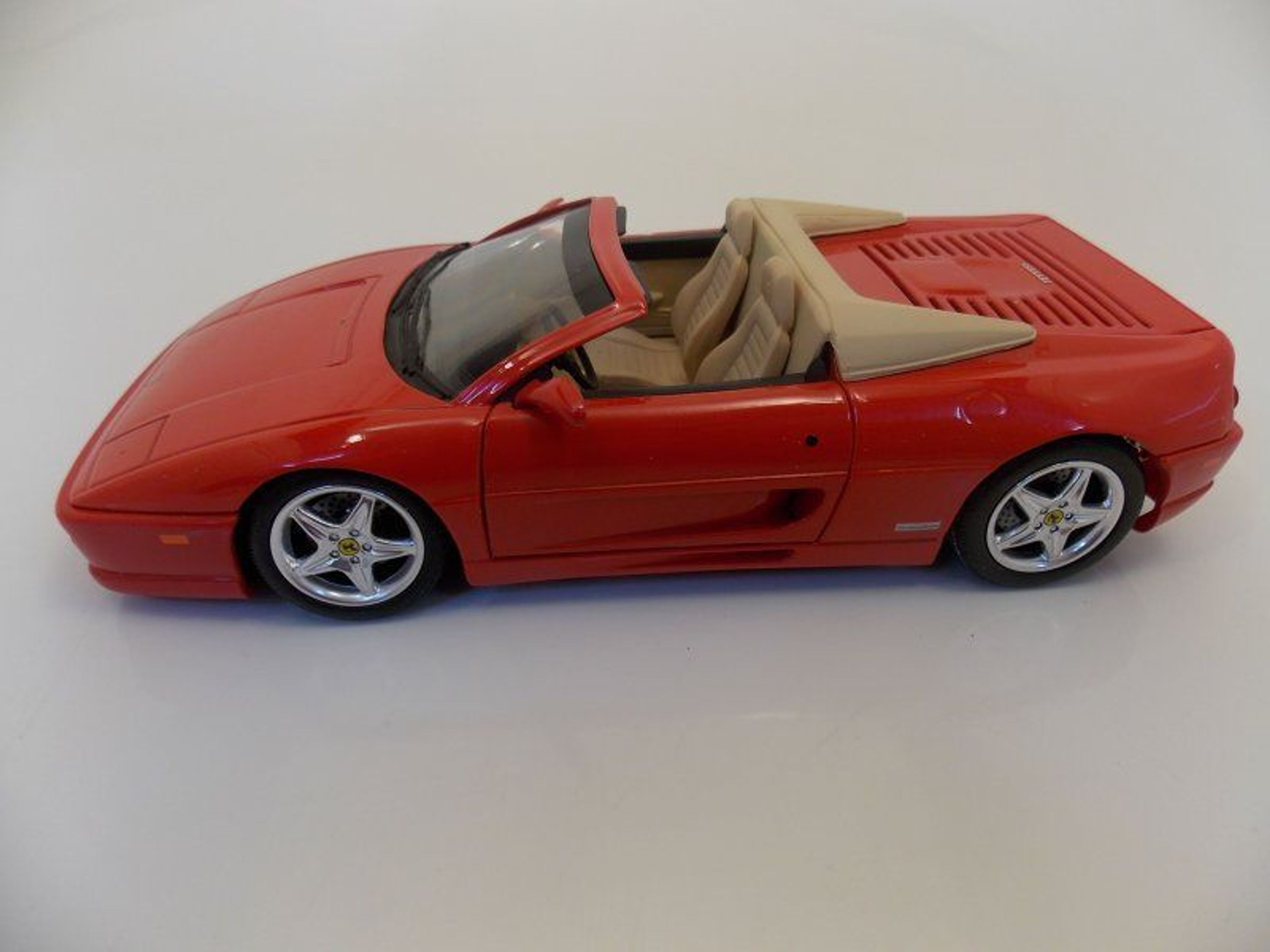 ferrari 355 cabrio farbe rot im massstab 1 18 von hot. Black Bedroom Furniture Sets. Home Design Ideas