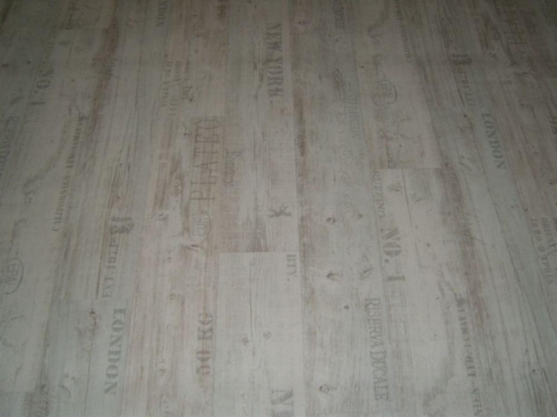 PVC Bodenbelag Holz-Optik Planken mit Schriftzügen weiß 400 cm Breite