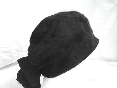 ausgefallene Ballonmütze in Falten gelegt  rot weiß Wolltuch mit Schild schwarz